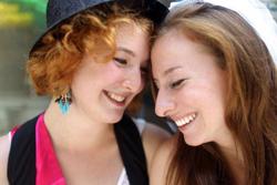 """Christina Careaga (P) và Hannah Thielmann trong ngày """"Gay Pride"""" tại New York hôm 26/6/2011. AFP"""
