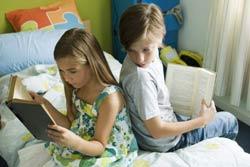 Hai chị em đọc sách. AFP photo