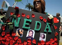 Những người biểu tình cầm bức chân dung của Neda Soltani, một phụ nữ bị giết trong một cuộc biểu tình ở Iran ngày 28 tháng 6 năm 2009. AFP photo