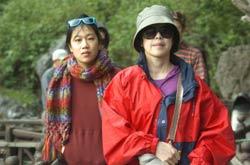Priscilla Chan (trái) trong chuyến thăm vịnh Hạ Long hôm 25/12/2011. AFP photo