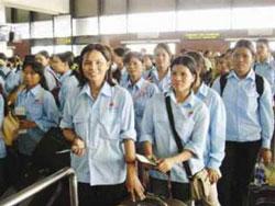 Các phụ nữ Việt Nam chuẩn bị ra máy bay đi lao động nước ngoài. (ảnh minh họa, vnmedia)