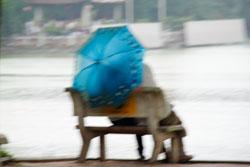 Một đôi tình nhân ngồi bên Hồ Hoàn Kiếm, Hà Nội. Ảnh chụp tháng 7 năm 2011. RFA PHOTO.