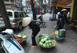Buôn bán dạo ở Hà Nội hôm 02/3/2011. AFP photo