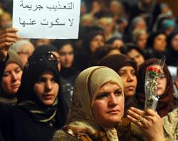 """Phụ nữ Tunisia tại cuộc họp với gia đình các tù nhân chính trị Hồi giáo được tổ chức hôm 13/3/2011 tại Tunis với khẩu hiệu: """"Tra tấn là tội ác, hãy lên tiếng!"""". AFP photo"""