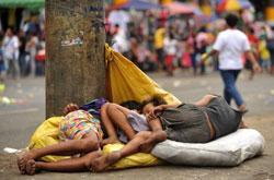 Trẻ em vô gia cư ngủ trên đường phố Manila, Philippines ngày 04 tháng 2 năm 2011. AFP photo