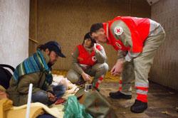 Tình nguyện viên Hội Chữ thập đỏ Pháp chăm sóc người vô gia cư sống trong một đường hầm ga xe lửa ngoại ô Paris hôm 02/11/2012. AFP