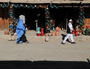 Một phụ nữ Afghanistan trong trang phục burqa và một người đàn ông đi phía trước (chồng?)  tại làng Istalif, phía bắc Kabul