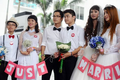 Dù nhà nước không thừa nhận hôn nhân đồng giới và không cấp đăng ký kết hôn, nhưng theo đại diện Bộ Tư pháp, nhà nước không can thiệp hoặc xử phạt. (theo vnexpress)