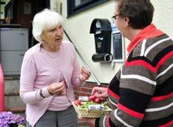 Bà Heidemarie Schwermer (T) nhận rau quả từ người hàng xóm Edelmut Voskamp (P) khi bà sống tại miền bắc nước Đức hôm 26/7/2011. AFP