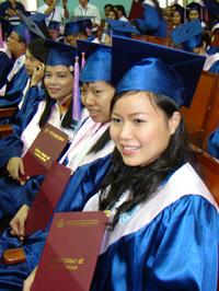 Các tân Thạc sĩ kinh tế 2010 trong buổi nhận bằng tốt nghiệp. Photo courtesy of ctct.ueh.edu.vn