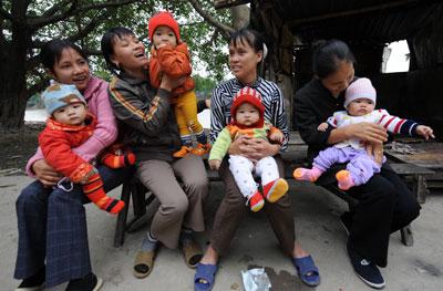 Các bà mẹ với con nhỏ ở thôn Thổ Hà, tỉnh Bắc Ninh.