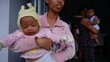 Một bà mẹ với con nhỏ tại một trung tâm chăm sóc sức khoẻ địa phương ở tỉnh An Giang.