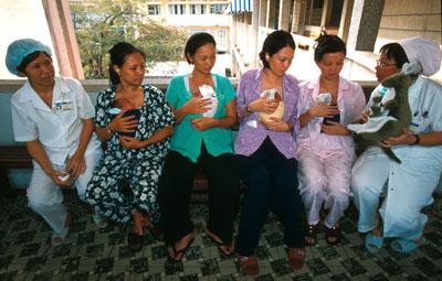 Các bà mẹ được hướng dẫn cách chăm sóc con tại bệnh viện Phụ sản Từ Dũ, tại Sài Gòn.
