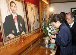 Bà Park Geun-Hye thắp hương cho cha Bà, Cố Tổng thống Park Chung-hee tại tư gia ở Gumi hôm 25/03/2008. AFP PHOTO / Jeon Young-HAN.