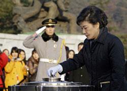 Tổng thống đắc cử Park Geun-Hye của Nam Hàn viếng mộ thân phụ là ông Park Chung-Hee và mộ của Cố Tổng Thống Kim Dea-Jung tại nghĩa trang quốc gia ngày 20/12/2012. AFP photo.