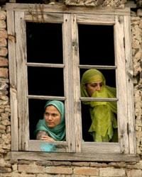 Hai Phụ nữ Hồi Giáo tại Kashmir. AFP PHOTO.