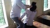 Trong clip video quay cảnh một nữ sinh tóc ngắn đã đánh tới tấp, túm tóc một nữ sinh khác ngay trong lớp học.