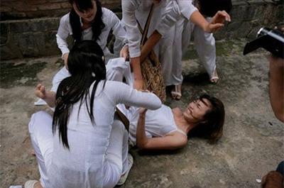 Bạo lực học đường không chỉ xảy ra ở học sinh nam mà còn cả ở học sinh nữ.
