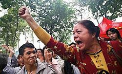 Bà Trần Thị Hài trong khí thế xuống đường thể hiện lòng yêu nước. AFP photo
