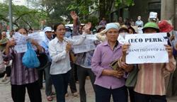 Một vụ biểu tình đòi đất của người dân Hà Nội hôm 27/4/2011. AFP photo
