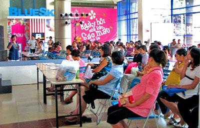 Các phụ nữ mang thai trong một buổi hướng dẫn về sức khỏe bảo vệ thai nhi