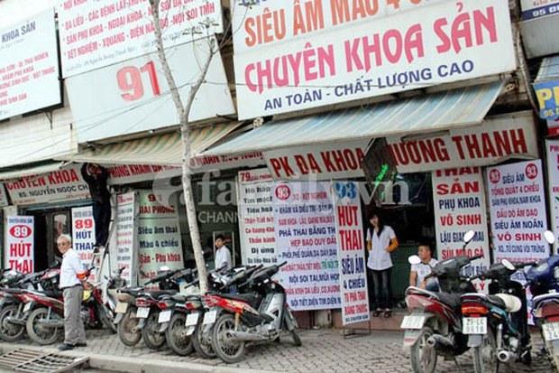 """Các phòng khám sản tư luôn tấp nập khách ra vào ở dẫy phố """"Chợ nạo phá thai"""" giữa lòng Hà Nội"""