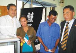 Đại diện Hiệp hội người Hàn Quốc tại TP.HCM chia buồn với gia đình cô dâu Thạch Thị Hoàng Ngọc. File photo.