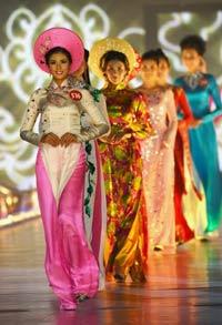 Các người đẹp trong trang phục áo dài tại cuộc thi Hoa hậu Việt Nam được tổ chức tại Hạ Long hôm 14/8/2010. AFP
