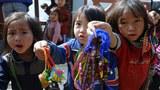 Trẻ em dân tộc Hmông bán đồ lưu niệm cho khách du lịch tại một ngôi làng ở Sapa, Lào Cai hôm 8/12/2013.