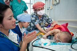 Những em bé sơ sinh tại Việt Nam đang được các Bác Sĩ thuộc Tổ chức Project Vietnam giúp đỡ. Photo courtesy of pvnf.org