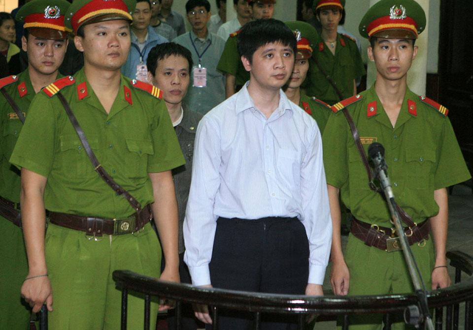 Anh Vũ Đức Trung (ở giữa hàng đầu tiên), và Lê Văn Thành (ở giữa, hàng thứ hai), hai học viên Pháp Luân Công Việt Nam hầu tòa tại Tòa án Nhân dân Hà Nội vào ngày 10 tháng 11 năm 2011.