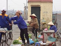 Phụ nữ bán hàng trên vỉa hè thành phố Hà Nội hôm 03/10/2012. RFA photo