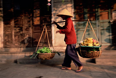 Một phụ nữ gánh hàng rong ở miền Trung Việt Nam.