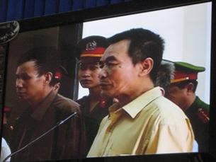 Nhà văn Nguyễn Xuân Nghĩa trước tòa hôm 08/10/2009