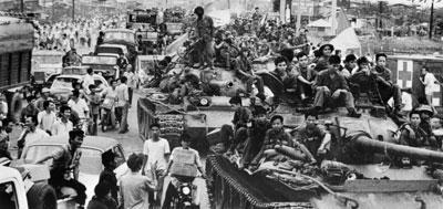 Lính bắc việt trên những chiếc xe tăng tràn vào thành phố Sài Gòn sáng 30/4/1975.