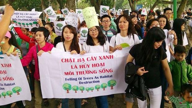 Một nhóm bạn trẻ bức xúc việc chính quyền Hà Nội ra quyết định đốn hạ 6700 cây xanh đã tập trung tại Hà Nội giương cao biểu ngữ kêu gọi cứu lấy cây xanh, cứu lấy môi trường sống.