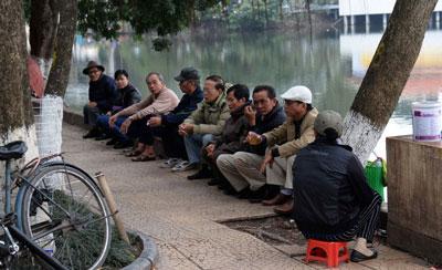 Người dân trò chuyện trong khi uống trà tại một công viên công cộng ở trung tâm thành phố Hà Nội hôm 18/1/2016. AFP photo