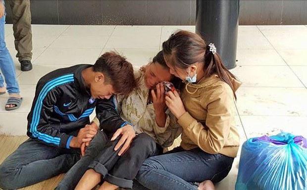 Mẹ, anh trai và chị gái của em Dư đang chờ kết quả khám nghiệm tử thi. Ảnh chụp tại tại sân nhà tang lễ Bệnh viện Bạch Mai (Hà Nội), trưa ngày 11/10/2015.