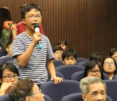 Cậu bé Vũ Thạch Tường Minh – 14 tuổi, học sinh trường Hà Nội – Amsterdam phát biểu tại buổi ra mắt sách của nhóm Cánh Buồm