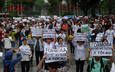 Người dân Hà Nội biểu tình chống tập đoàn Đài Loan Formosa ngày 01 tháng 5 năm 2016. AFP photo