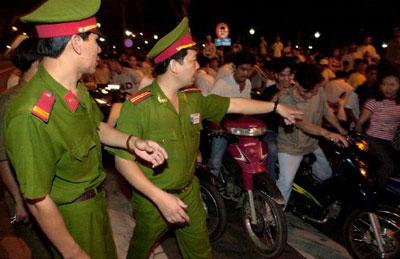 Công an VN điều khiển ách tắc giao thông trên đường phố Saigon. AFP photo