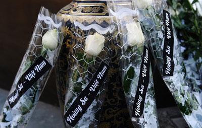 Những bó hoa hồng trắng tại tượng đài vua Lý Công Uẩn, tưởng niệm các chiến sĩ hải quân Việt Nam tử vong trong trận hải chiến Hoàng Sa hôm 19/1/1974. Ảnh chụp hôm 19/1/2014.
