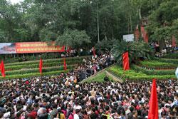 Người dân tham gia Lễ hội Đền Hùng 2014 được tổ chức tại Phú Thọ hôm 9/4/2014. Courtesy phutho.vn