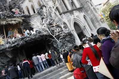 Giáo dân đi lễ trong dịp Giáng Sinh tại một nhà thờ ở Hà Nội. AFP photo