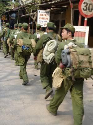 Thanh niên nhận quân trang nhập ngũ, ảnh minh họa.