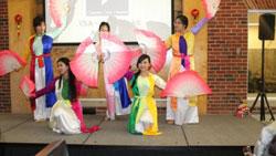 Đội múa trường đại học trung tâm Oklahoma biểu diễn trong tiệc Tết Giáp Ngọ 2014 do du học sinh tại Oklahoma tổ chức. Courtesy sinhvienusa.org