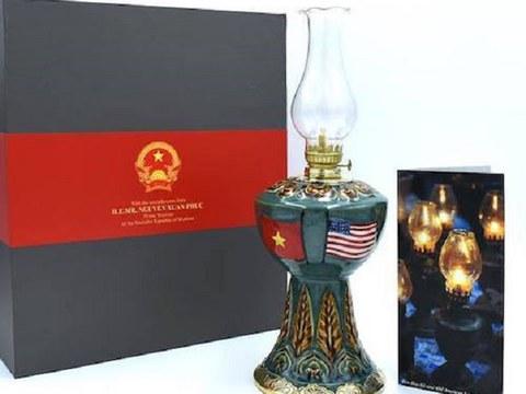 Chiếc đèn Huê Kỳ được Thủ tướng Việt Nam Nguyễn Xuân Phúc mang đến Mỹ tặng Tổng thống Hoa Kỳ Donald Trump.