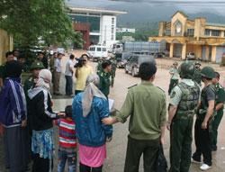 Phía VN trao trả những người Duy Ngô Nhĩ về lại TQ hôm 18/4/2014. Courtesy of vietnamnet.vn