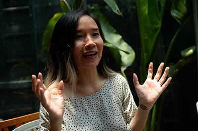 Ca sĩ Mai Khôi trong một cuộc phỏng vấn với AFP tại Hà Nội, ngày 25 tháng 4 năm 2016. AFP PHOTO
