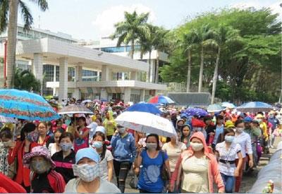 Hàng nghìn công nhân Công ty Pouyen Việt Nam (TP HCM) đã xuống đường tuần hành phản đối quy định bảo hiểm mới trong 5 ngày qua. 31/3/2015. RFA